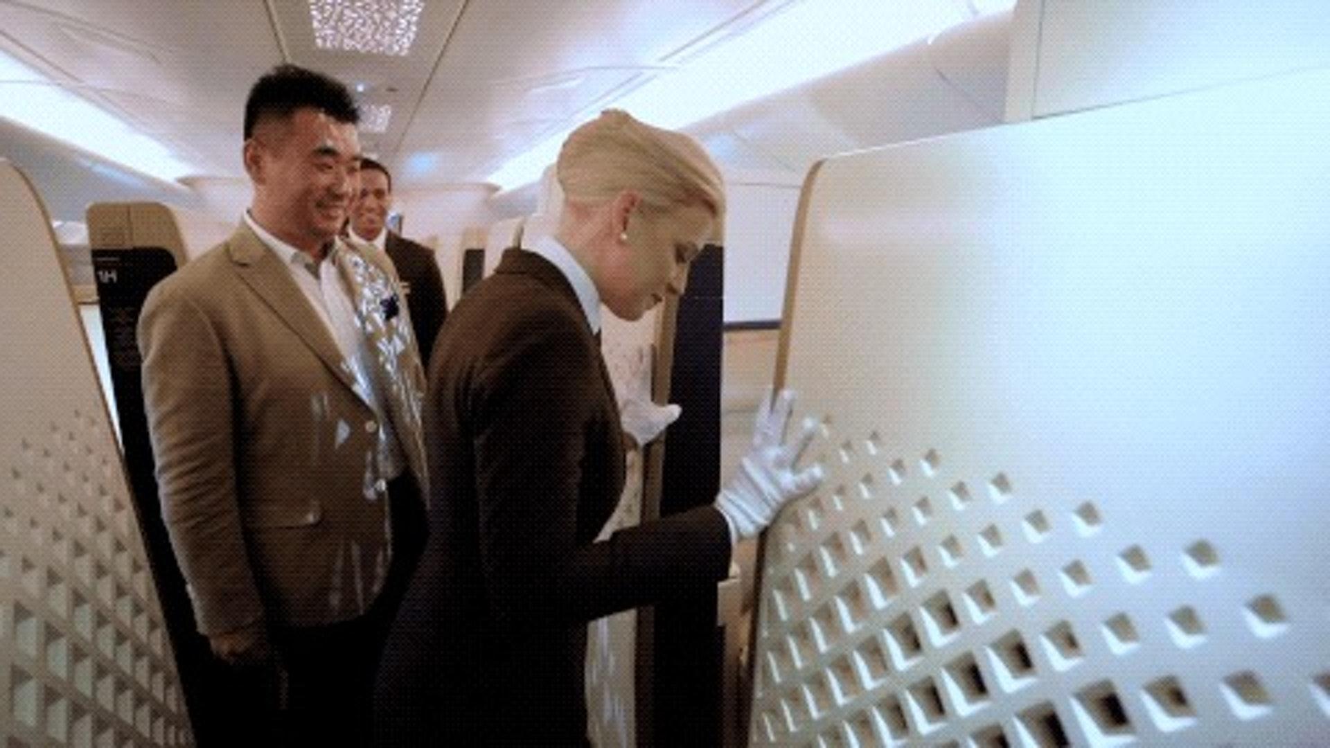 所謂的空中官邸,其實就是在空客A380飛機上由三個房間組成的大包間。飛機上有私人的衛生間、客廳、睡房。還有專門的管家服務我。(一条授權使用)