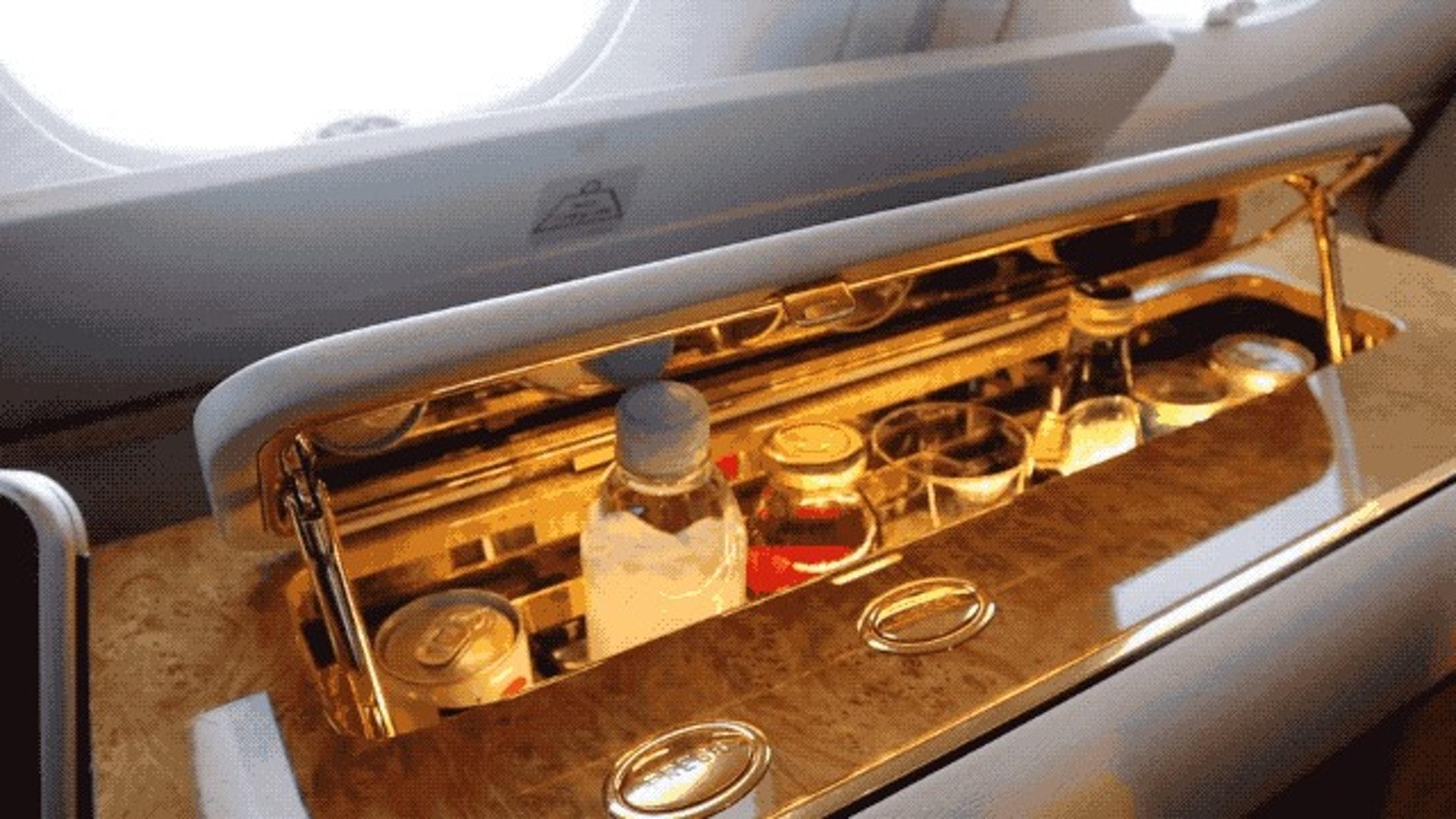 頭等艙的發展是越來越好,越來越個性化。像現在新加坡航空的頭等艙有雙人床;阿聯酋航空有淋浴間,甚至可以在飛機中洗澡,當然還少不了各種電子化設備。(一条授權使用)