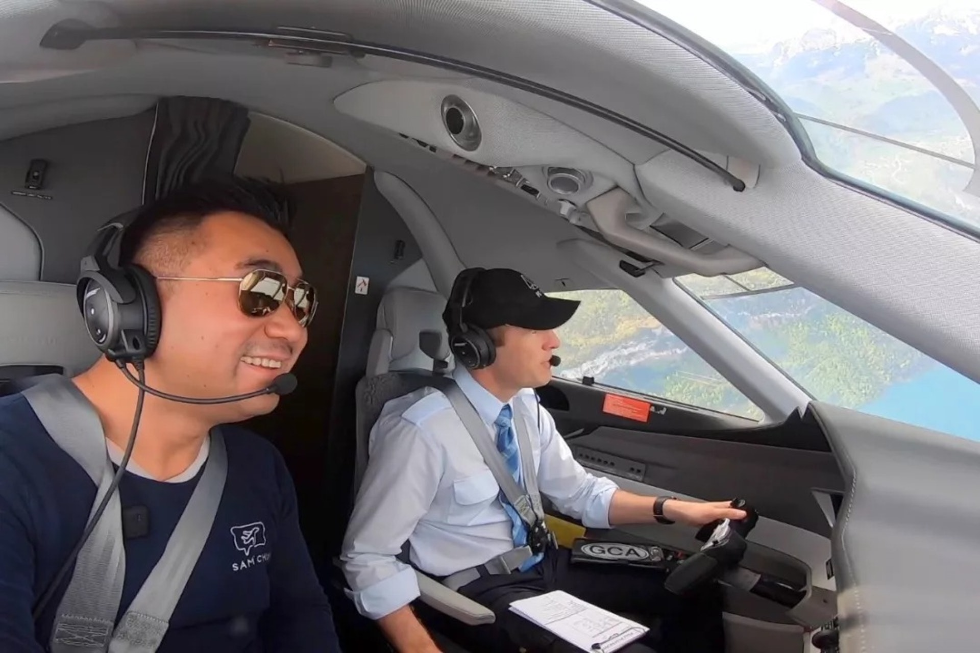 Sam在駕駛小型飛機(一条授權使用)