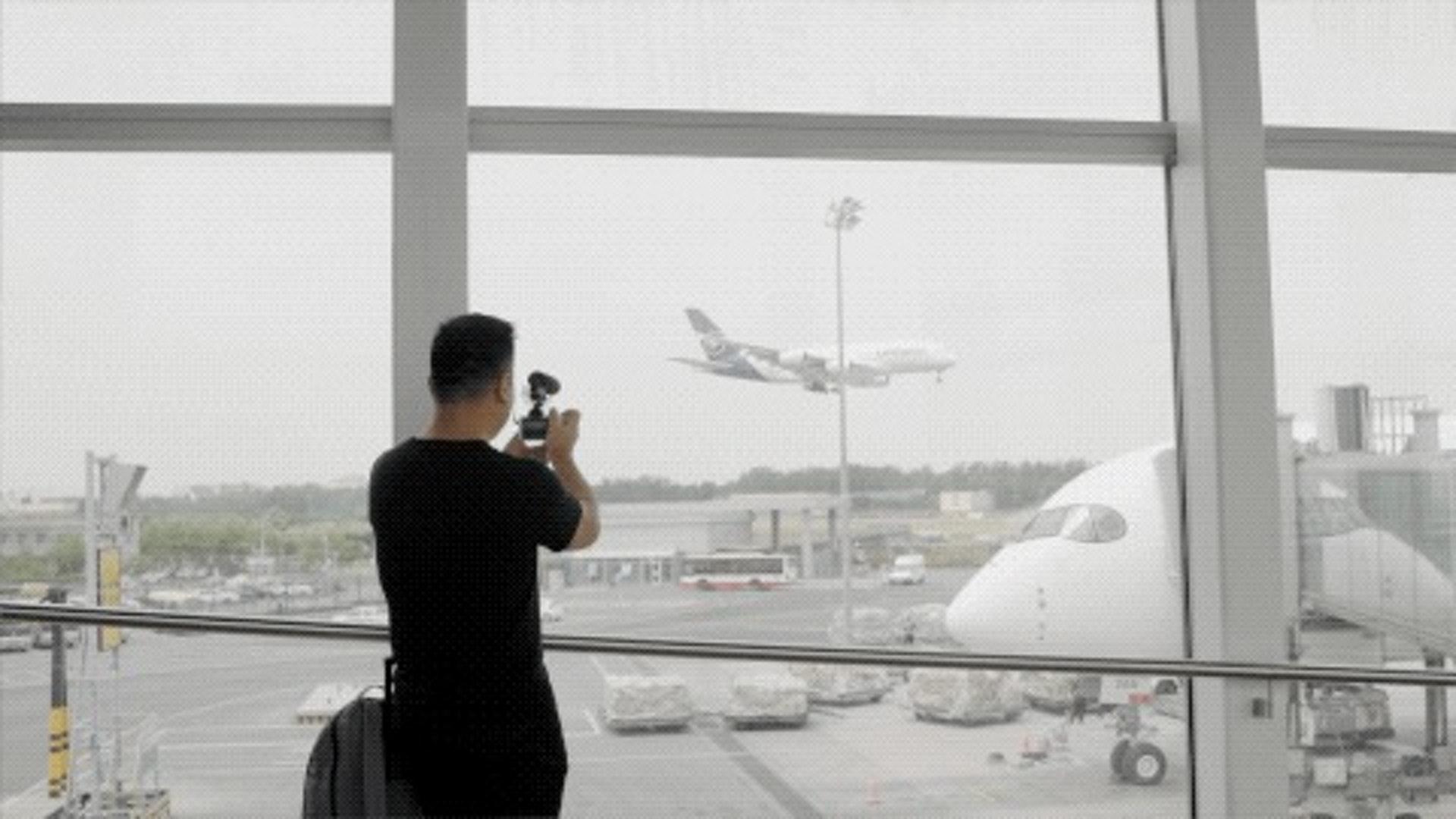 我比較獨立,十幾歲的時候已經把美國十幾個州遊遍了。也經常坐飛機,像空中飛人一樣,慢慢地也拿到了航空公司常旅客計劃的銀卡、金卡。當時已經很喜歡飛行的感覺了。(一条授權使用)